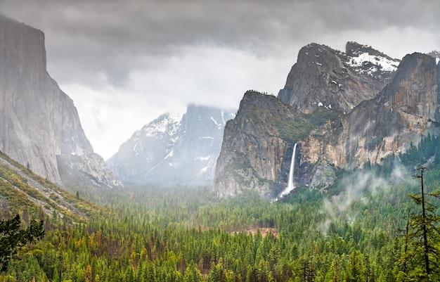 Iconisch uitzicht op yosemite national park in californië. in de verenigde staten