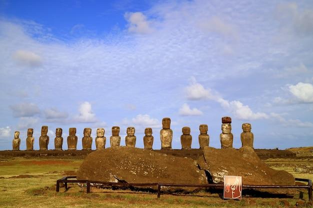 Iconische 15 moai-beelden met een liggende moai-ruïne op de voorgrond bij ahu tongariki paaseiland, chili