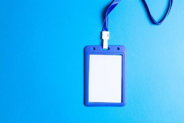 Id-tag op blauwe achtergrond