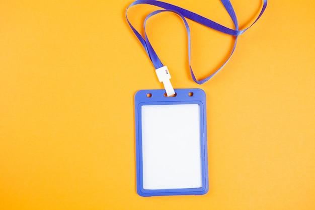 Id-tag op oranje oppervlak