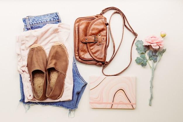 Ideale kleding voor zomerse outfits: een shirt, een spijkerbroek, een tas, schoenen. uitzicht van boven.