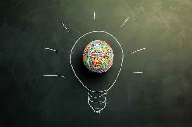 Idee gloeilamp getekend met krijt op een schoolbord