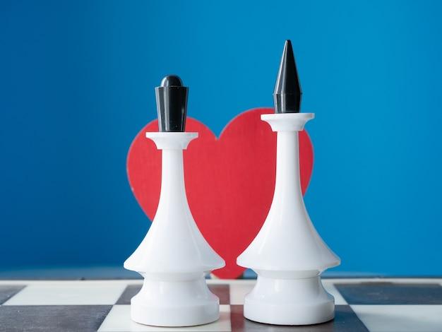 Idee voor huwelijksuitnodiging. koning en koningin met rood hart op blauwe achtergrond