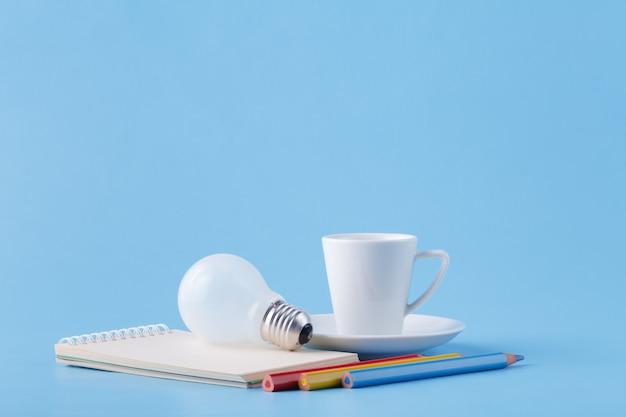 Ideeën en energie voor kunstenaar, koffie, gloeilamp en kleurpotloden