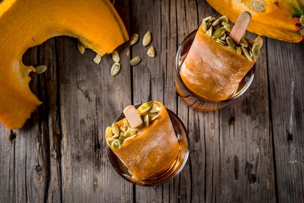 Ideeën voor herfstgerechten van pompoenen. traktaties voor een thanksgiving-feest, halloween. bovenaanzicht