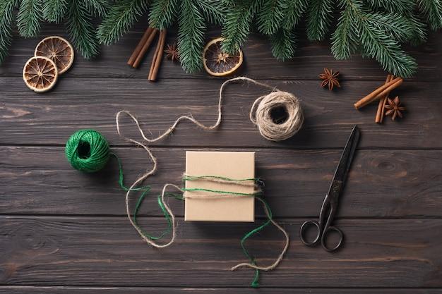 Ideeën voor het inpakken van geschenken. natuurlijk design. kerstcadeaus verpakken. kerst versiering. stap voor stap