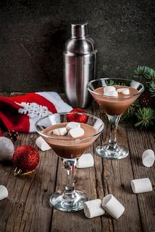 Ideeën voor kerstfeestdrankjes, zelfgemaakte hot chocolate martini-cocktails met marshmallow
