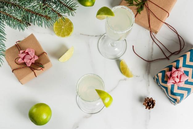 Ideeën voor kerstmis en nieuwjaar drankjes champagne margarita cocktails gegarneerd met limoen en zout