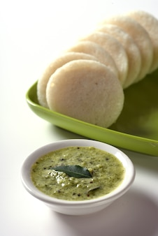 Idli met sambar en kokoschutney, indian dish: zuid-indiaas favoriete eten rava idli of griesmeel werkeloos of rava werkeloos, geserveerd met sambar en groene kokoschutney.