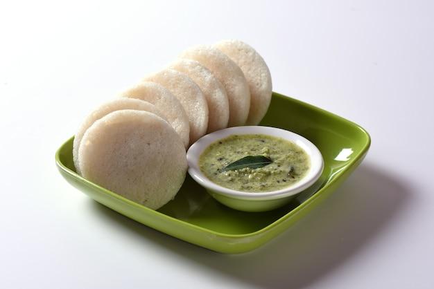 Idli met sambar en kokoschutney, indiase schotel