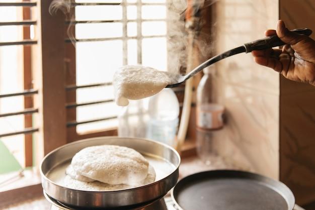 Idli of nutteloos hartig ontbijt rijstwafel uit indiaas nationaal eten