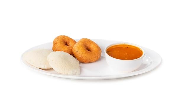 Idli, sambar, vada en kokoschutney, zuid-indisch ontbijt