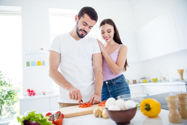 Idyllische twee mensen bereiden een smakelijk biologisch gerecht