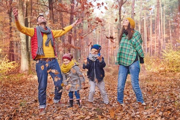 Iedereen vindt het leuk om de bladeren in het bos te gooien