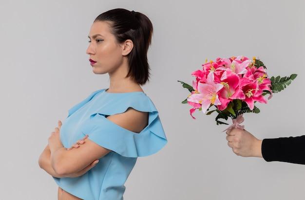 Iemand die een boeket bloemen geeft aan een beledigde mooie jonge vrouw