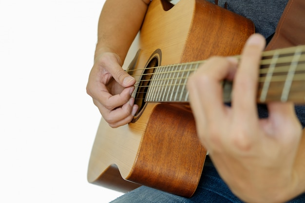 Iemand speelt gitaar.