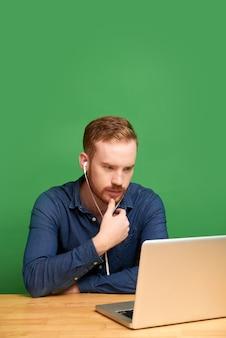 Ier kijkt naar webinar geïsoleerd op groene achtergrond