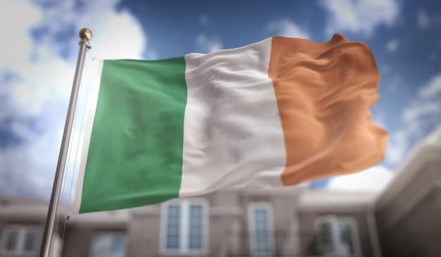 Ierland vlag 3d-weergave op de achtergrond van de blauwe hemel