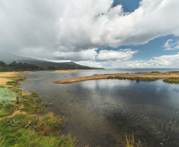 Ierse baai onder de bewolkte hemel. noord-ierland.