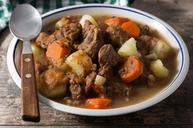 Ierse rundvleesstoofpot met wortelen en aardappelen