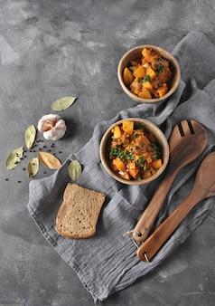 Ierse stoofpot gemaakt met rundvlees, aardappelen, wortelen en kruiden. traditioneel st patrick's dag hoofdgerecht.