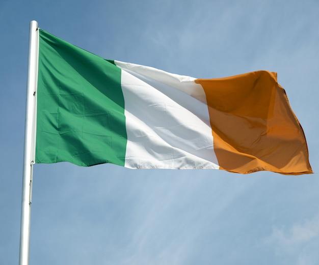 Ierse vlag over blauwe lucht