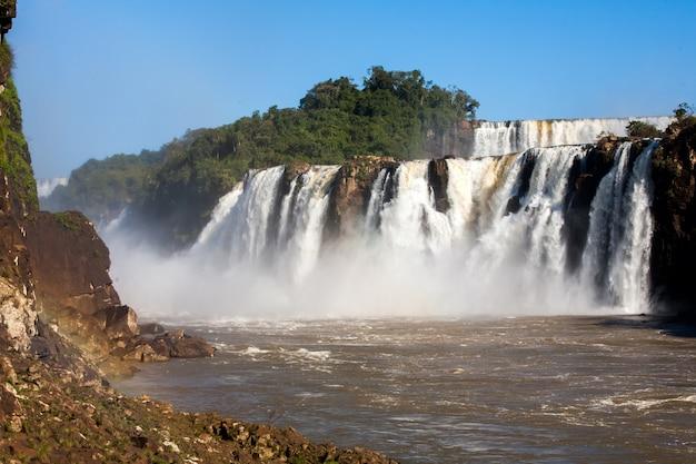Iguazu-watervallen gezien vanaf de iguazu-riviergrens - van onderen