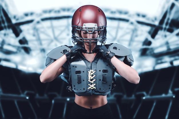 Iimage van een meisje in het stadion in het uniform van een american football-teamspeler. sportconcept. gemengde media
