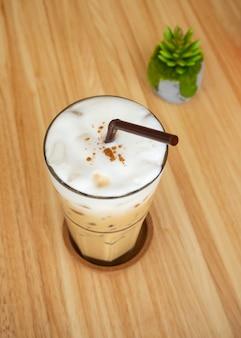 Ijs cappuccino. koele drank. cafe uitzicht.