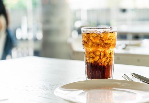 Ijs cola op de tafel