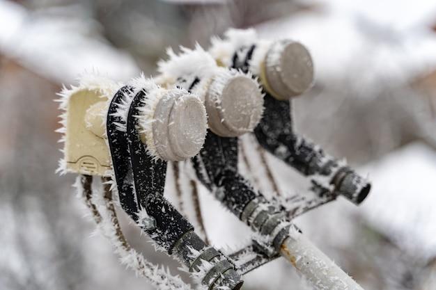 Ijs en sneeuw op satellietschotel. bevroren sneeuw op de satellietschotel in de winter