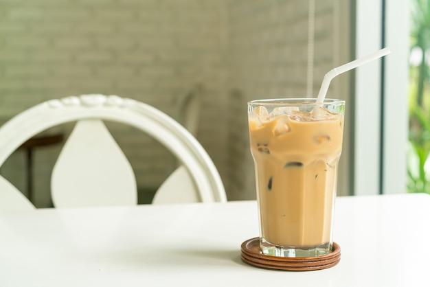Ijs latte koffie glas op tafel in coffeeshop café