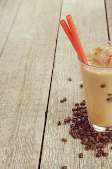 Ijs latte met koffiebonen