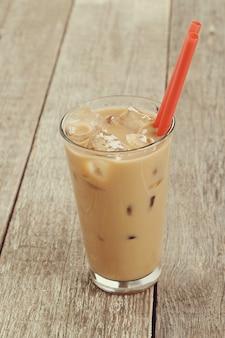 Ijs latte met plastic rietje