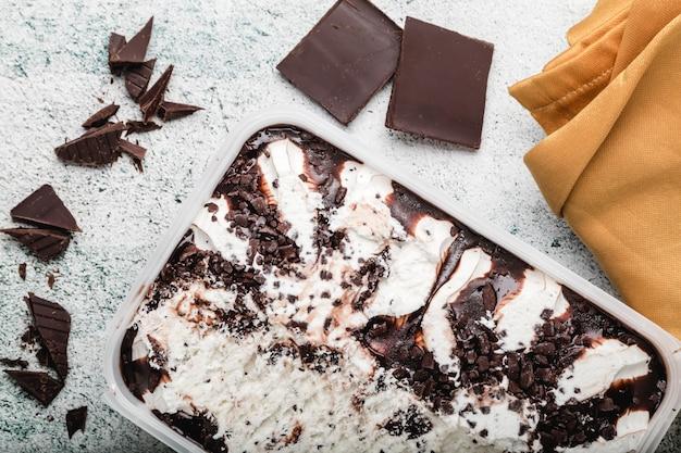 Ijs met chocoladeschilfers. verfrissend stracciatella-dessert. kopieer ruimte