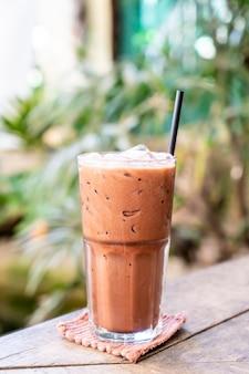 Ijs-milkshakeglas met chocolade