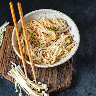 Ijs noedels groenten enoki cellofaan pasta miso ramen funchose soep pho zeevruchten