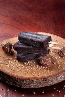 Ijs omhuld met chocolade en kastanjes. chocolade ijsjes. ruimte kopiëren Premium Foto