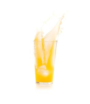 Ijs vallen in een glas met gele drank