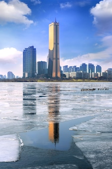 Ijs van de han-rivier en stadsgezicht in de winter, seoul in zuid-korea.