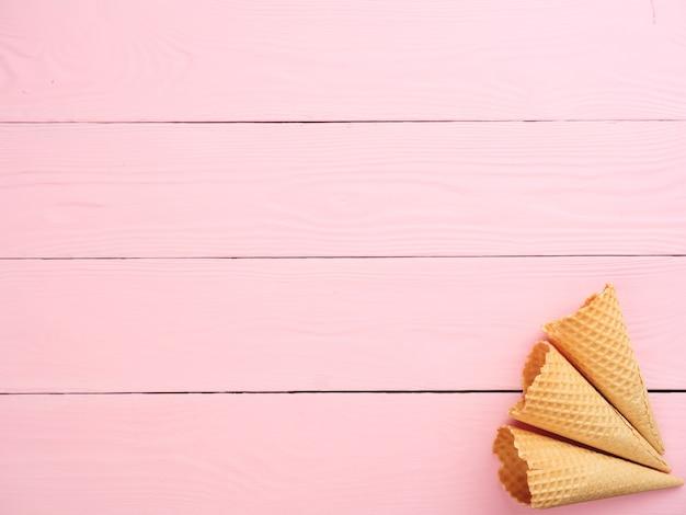 Ijs wafel kegel op een roze achtergrond bovenaanzicht kopieer ruimte zomervakantie concept