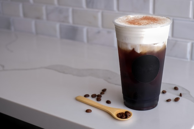 Ijs zwarte koffie zeezout crème in de plastic koude beker. neem verfrissing weg.