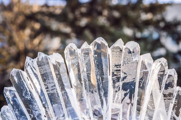 Ijsbeeld gemaakt van ijs op een ijzige winterdag