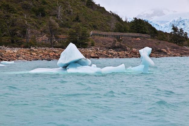 Ijsberg in perito moreno gletsjer dichtbij el calafate, patagonië, argentinië