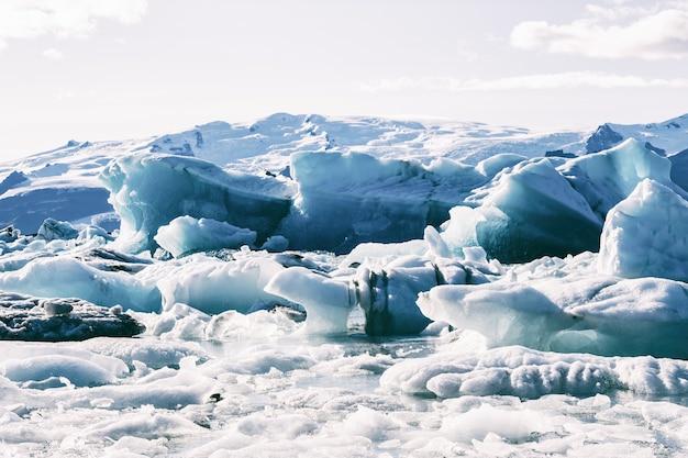 Ijsbergen die in de gletsjerlagune van jokulsarlon drijven