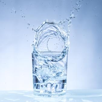 Ijsblokje vallen in een glas water