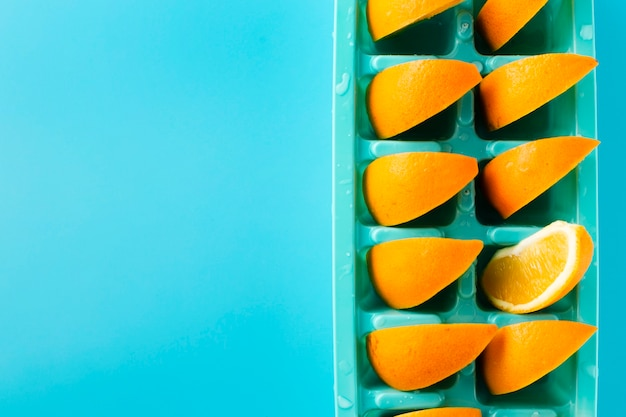 Ijsblokjedienblad met plakken van sinaasappel