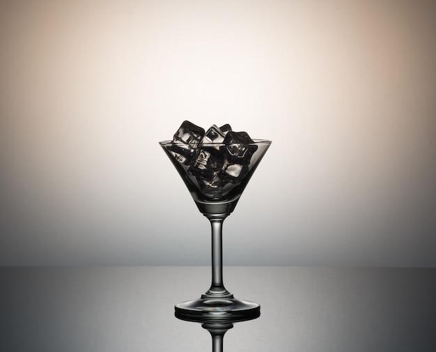 Ijsblokjes in martini-glas.