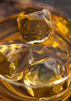 Ijsblokjes in schotse bourbonwhisky. macrofotografie