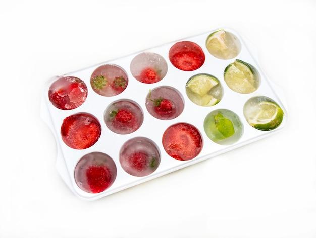 Ijsblokjes met aardbeiencitroenen en limoen